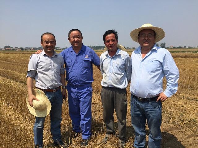 联农三角带厂家服务人员和中联重科的领导们